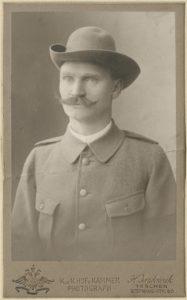 """Hieronim Przepiliński (1872-1923). Prezes gniazda Towarzystwa Gimnastycznego """"Sokół"""" w Cieszynie. Komendant Legionu Śląskiego. Na zdjęciu w polowym mundurze sokolim."""